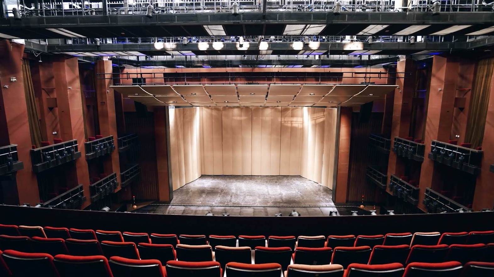 Venue Introduction: Acoustic reflection panels and The orchestra pit